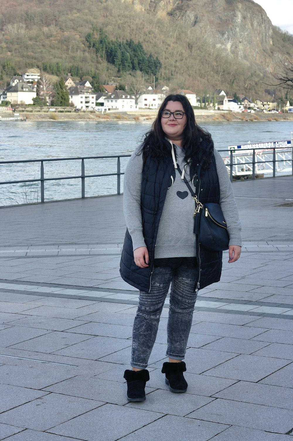 Große Größen Plus Size Fashion Blog FitFlop mukluk shorty 2 long vest lange weste sheego takko biker jeans